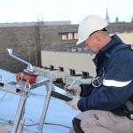 Monteur doet inspectie op dak