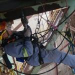 monteur op hoogte veilig aan het werk in valbeveiliging