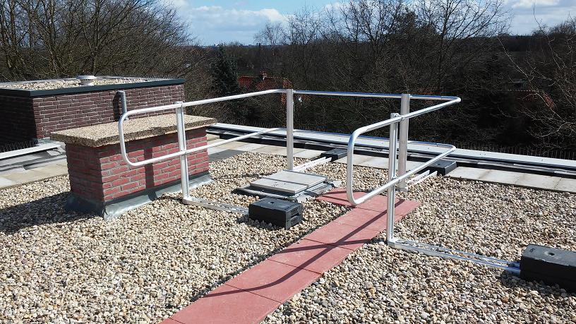 leuningwerk om dak toegang heen