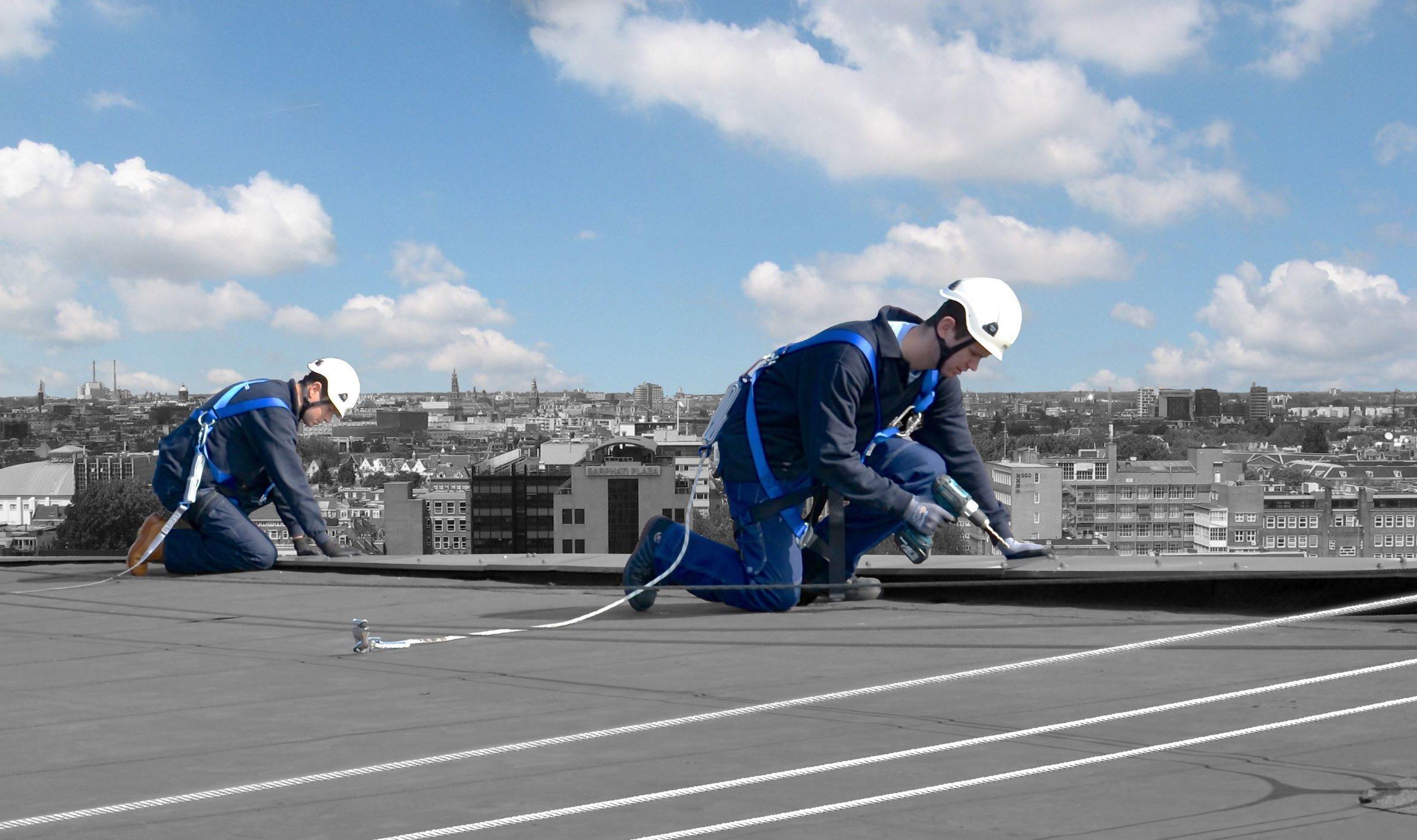 monteurs op dak met valbeveiliging
